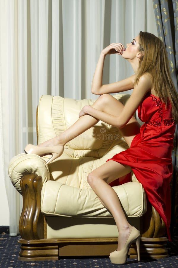 Sinnlig stilfull kvinna royaltyfri foto