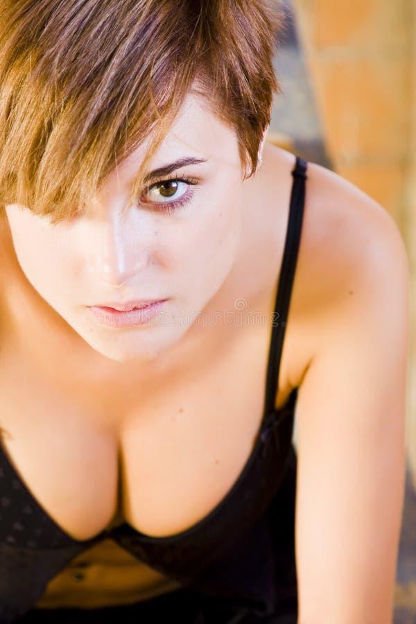 sinnlig stirrig kvinna för kamera arkivfoto