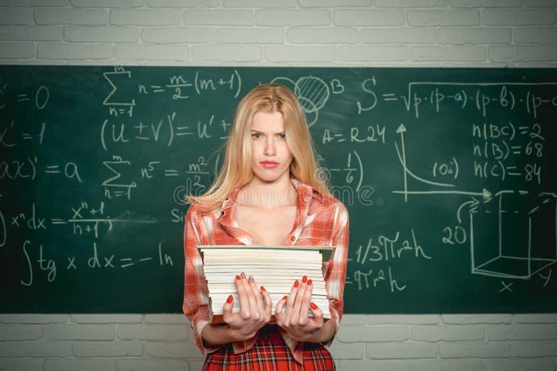 Sinnlig student l?rare Emotionell sinnlig kvinnastudent som skriker p? svart tavlabakgrund f?r klassrum St?ende av royaltyfria foton