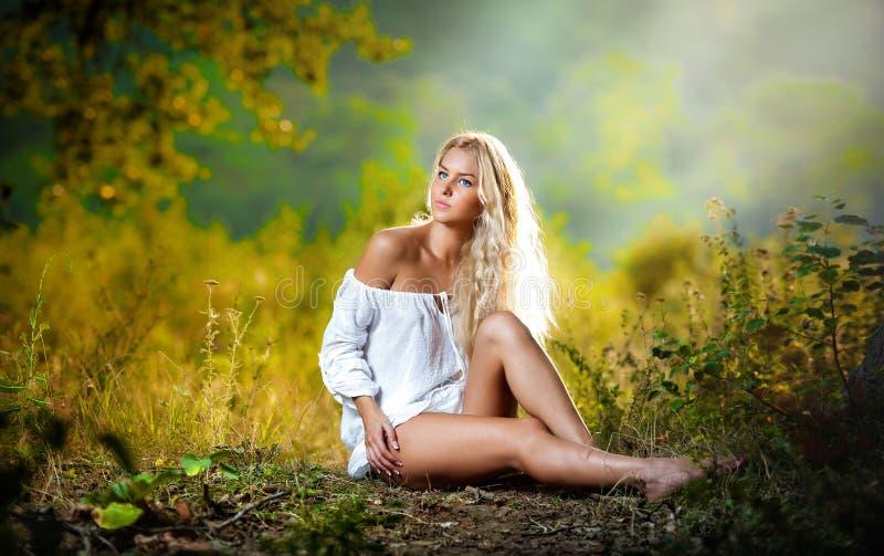 Sinnlig ung blond kvinnlig på fält royaltyfria foton