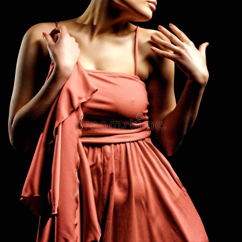 Sinnlig ung dam i den röda klänningen som poserar en studio kvinna för silhouette för symbol för skönhetbegreppsmode set arkivfoton