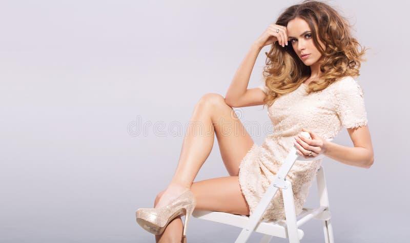Sinnlig ung kvinna med hög-häl skor arkivfoton