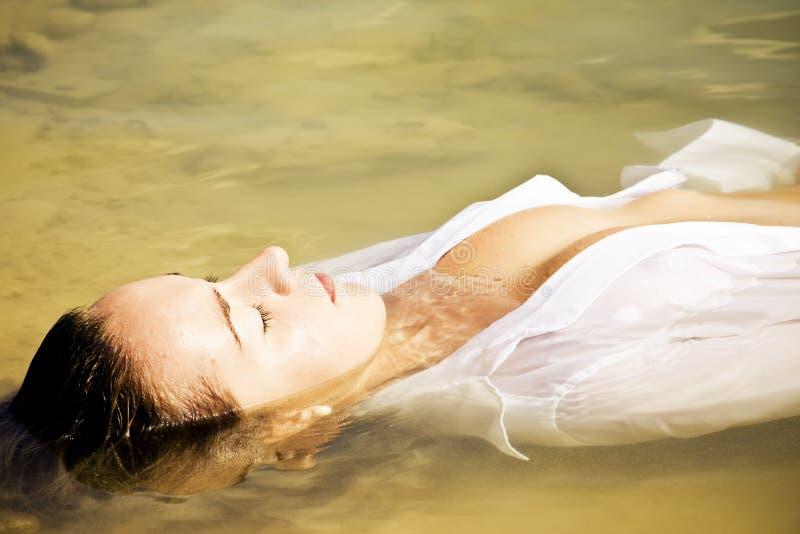 sinnlig vattenkvinna arkivfoton