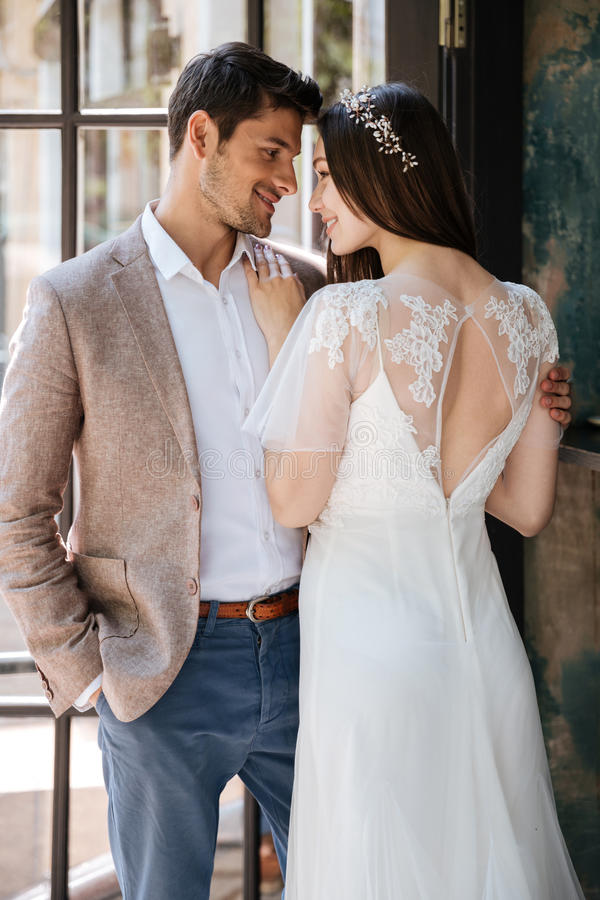 Sinnliga le unga par av brudgummen och bruden fotografering för bildbyråer