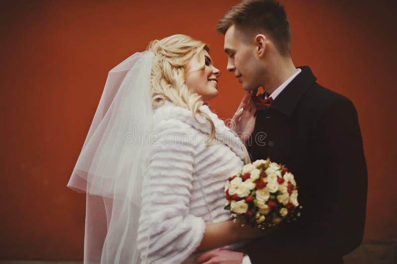 Sinnliga par av nygifta personer som kramar och trycker sig på i f arkivbilder