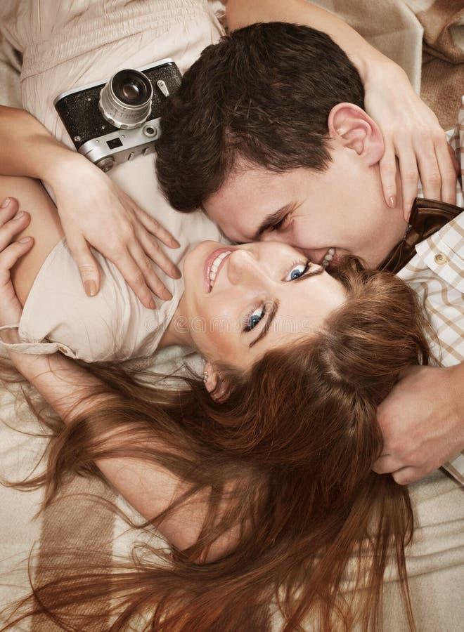 Sinnliga par för ung tappningstil som ligger på filten royaltyfria foton