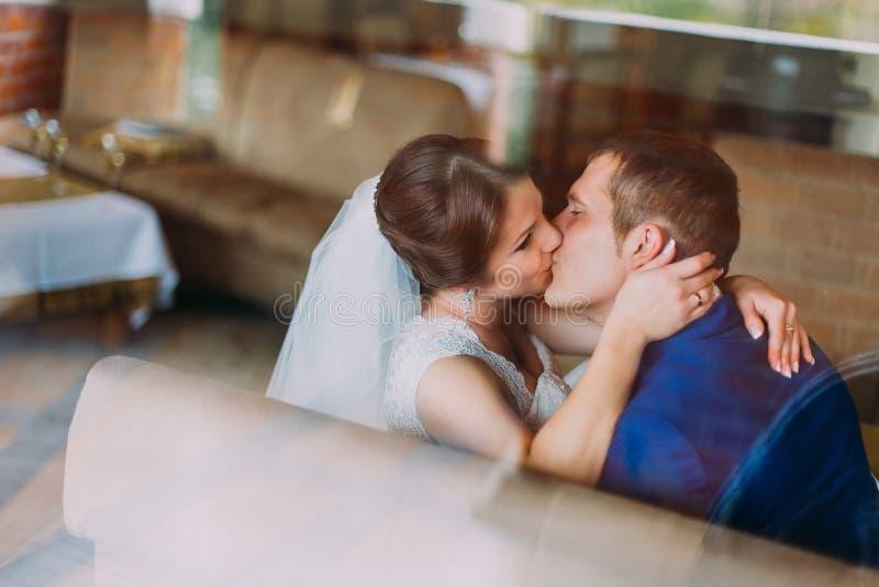 Sinnligt bröllop kopplar ihop Härligt kyssa för brud och för brudgum Närbild royaltyfria foton