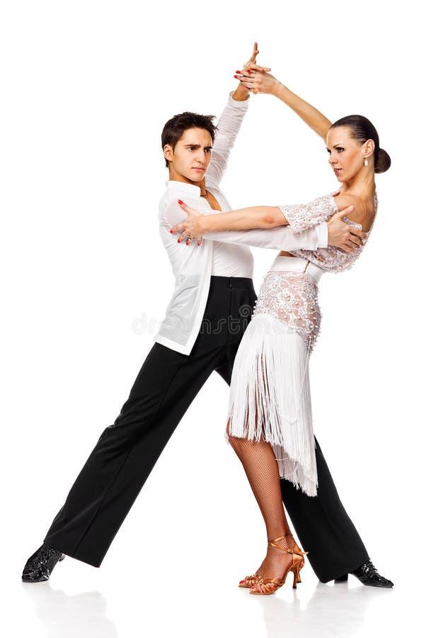 Sinnligt koppla ihop danssalsan. Latinodansare i handling arkivbilder