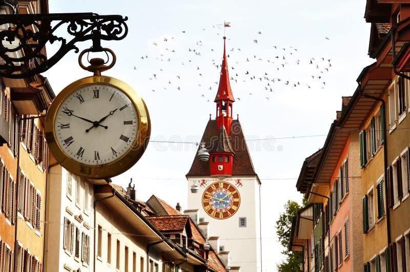 Sino característico do pulso de disparo e da torre na cidade velha de Bremgarten, Suíça foto de stock