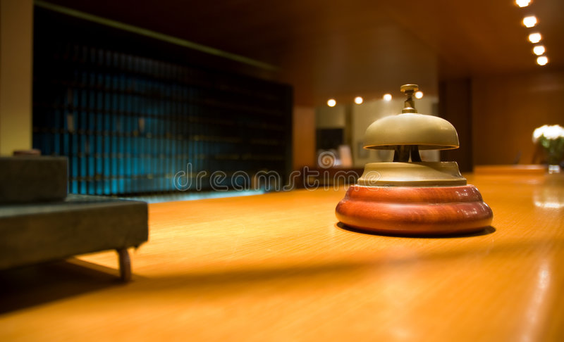 Sino de bronze na recepção do hotel (dof raso) fotografia de stock royalty free