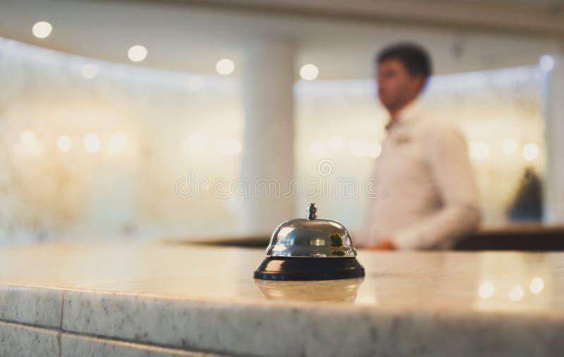 Sino de chamada do alojamento em hotel na mesa de recepção fotos de stock royalty free