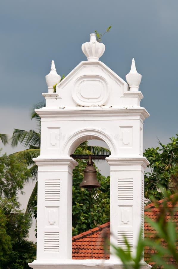 Sino de igreja velho no arco branco fotos de stock royalty free