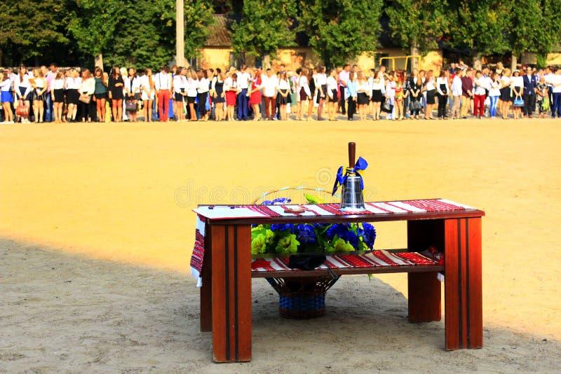 Sino de mão festivo na tabela no feriado do primeiro sino foto de stock