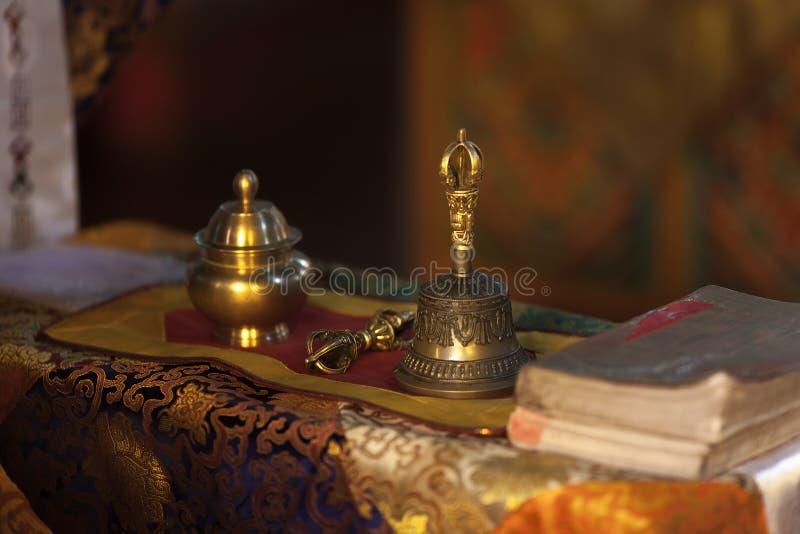 Sino de mão ritual e dorje no templo budista imagens de stock royalty free