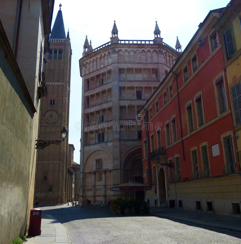 Sino do Baptistery e da torre, Parma, Itália fotografia de stock