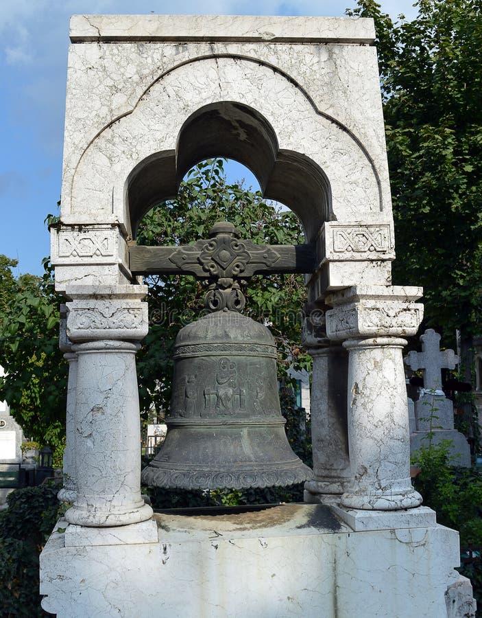 Sino do ferro fundido na sepultura no cemitério de Bucareste, Romênia imagem de stock royalty free