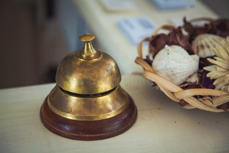 Sino do serviço do vintage na mesa de recepção no hotel, close-up imagem de stock