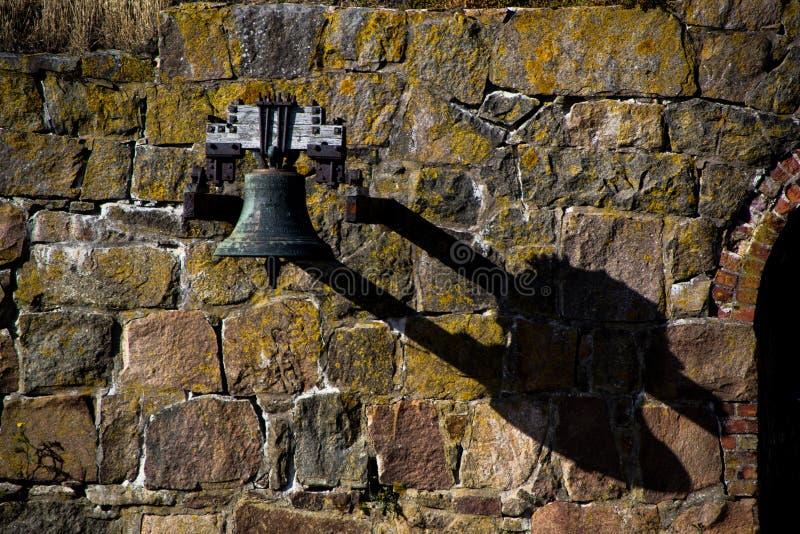 Sino velho em uma parede com sombra do dragonhead fotografia de stock