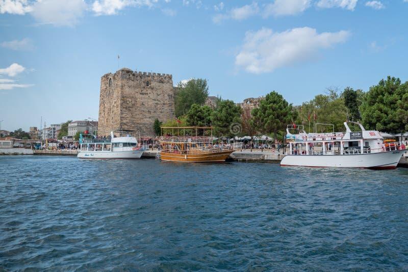 Sinop/Turcja - sierpień 04 2019 r.: Widok łodzi i zamku Sinop w tle z czarnym morzem obrazy royalty free