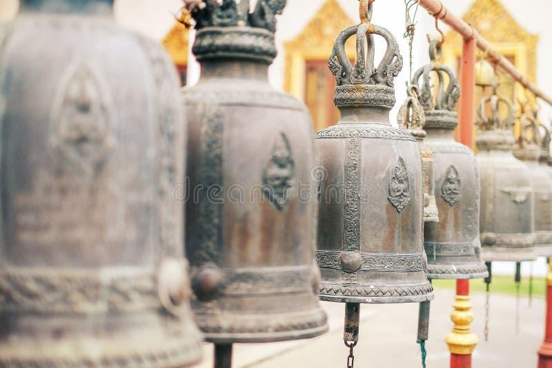 Sinos budistas no templo em Tailândia fotos de stock