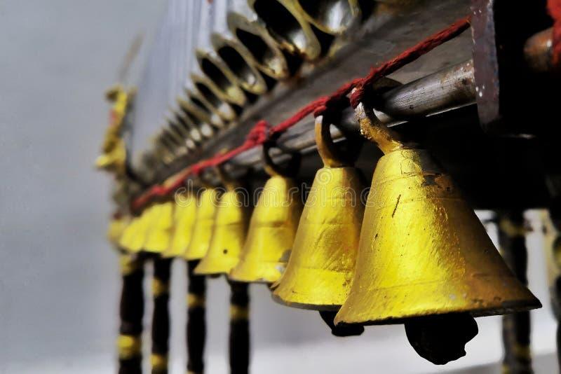 Sinos Chanting no templo imagens de stock