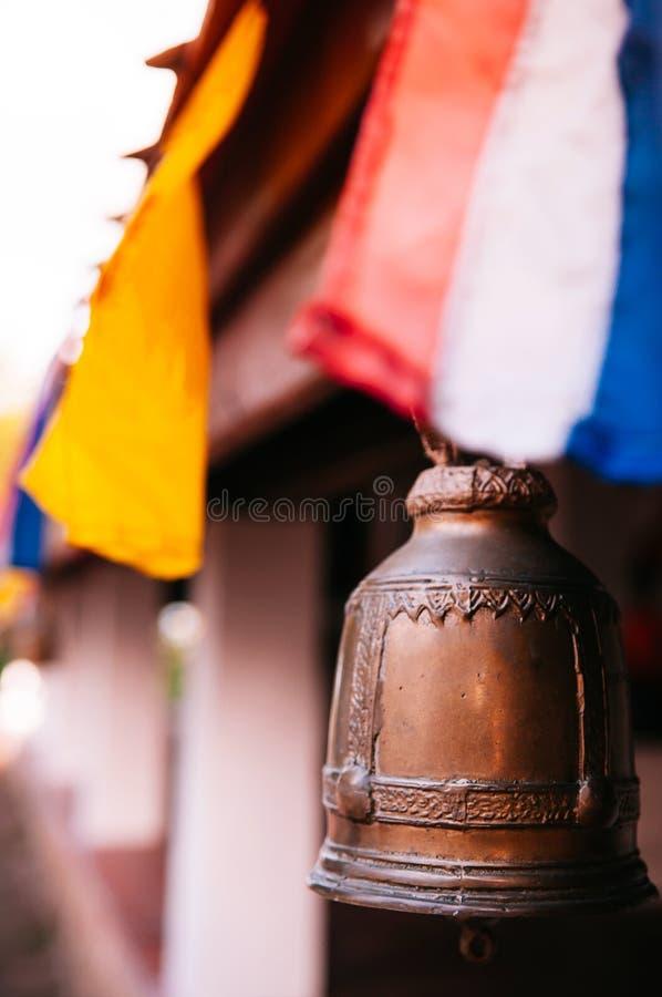 Sinos de bronze do vintage velho no templo budista, momento calmo de Tailândia imagem de stock