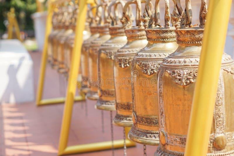 Sinos do ouro no templo budista, Tailândia imagem de stock