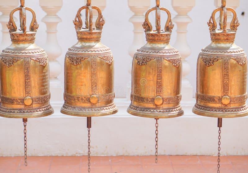 Sinos do ouro no templo budista, Tailândia fotos de stock