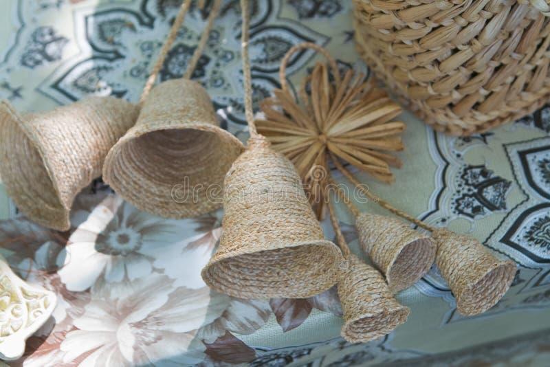Sinos feitos a mão do brinquedo do folclore, palha que entrança, arte ucraniana tradicional do ofício foto de stock
