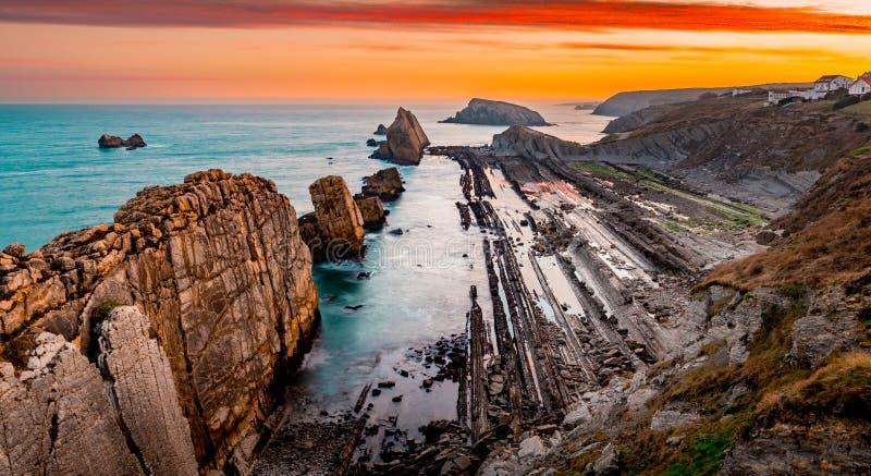 Sinrise i en magisk ställeArnia coastSantander royaltyfria bilder