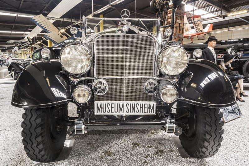 SINSHEIM, ALEMANHA - 8 DE ABRIL DE 2018: Carro preto do veterano de Mercedes com matrícula inscrita 'MUSEU SINSHEIM 'no auto e té foto de stock royalty free