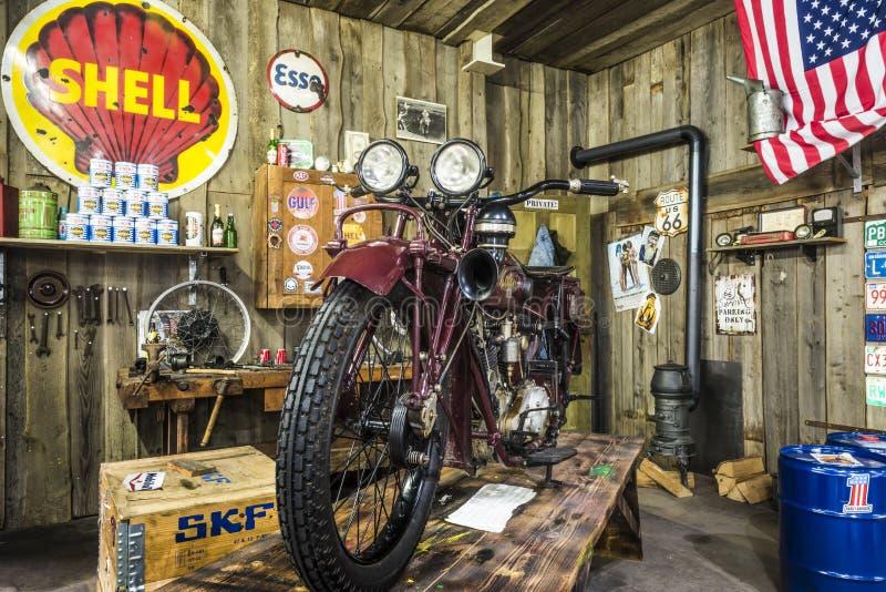SINSHEIM, ALEMANHA - 8 DE ABRIL DE 2018: Motocicleta de Mabeco 750 em uma garagem velha no automóvel e no museu Sinsheim da técni fotos de stock royalty free