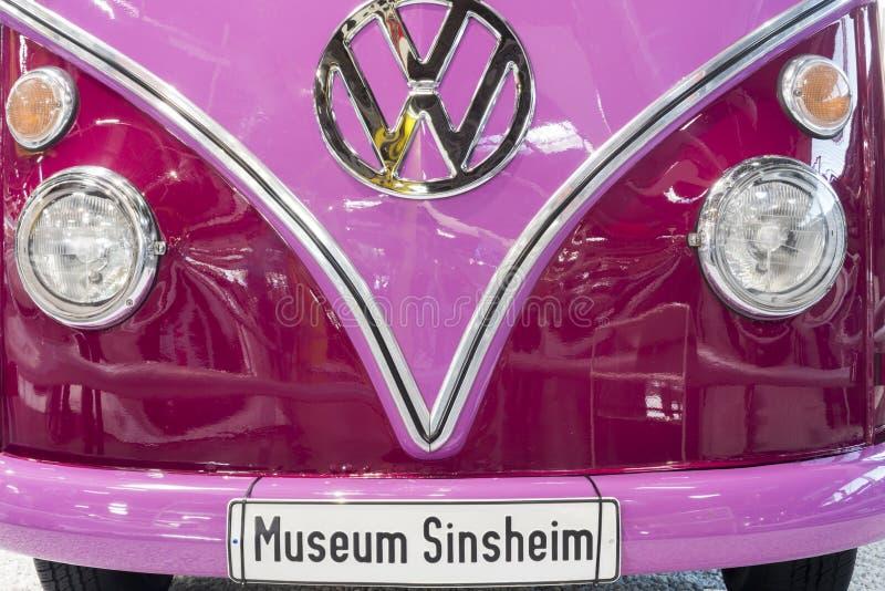 SINSHEIM, ALEMANHA - 8 DE ABRIL DE 2018: Parte dianteira de um carro cor-de-rosa do vintage do ônibus de Volkswagen com matrícula fotos de stock royalty free