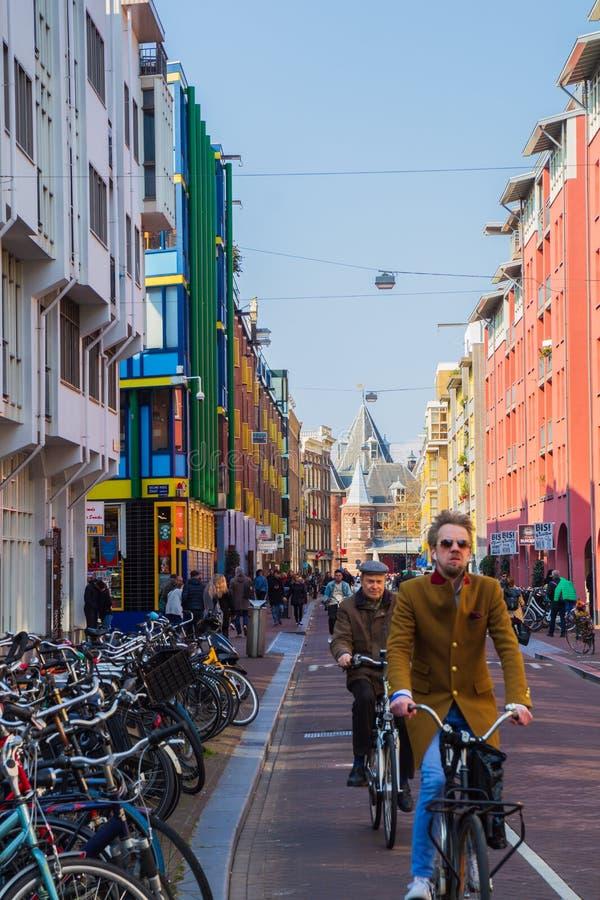 Sint Antoniesbreestraat in Amsterdam en weegt Huis stock foto's