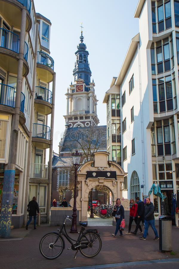 Sint Antoniesbreestraat in de toren van Amsterdam en Zuiderkerk- stock afbeelding