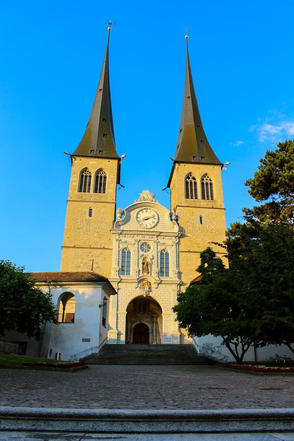 Sint-Leodegard-kerk in Luzerne, Zwitserland, bij zonsondergang stock afbeelding