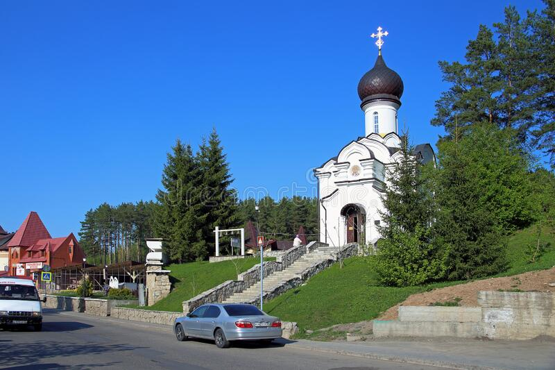 Sint-Nicolaas-kerk in het redmiddel van Belokurikha in het Altai-gebied van de Russische Federatie stock fotografie