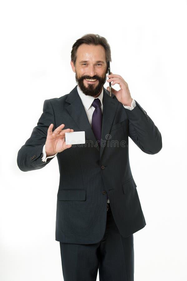 Sinta livre chamar-me a qualquer momento Espaço branco vazio plástico da cópia do cartão da posse do homem de negócios O homem de imagens de stock