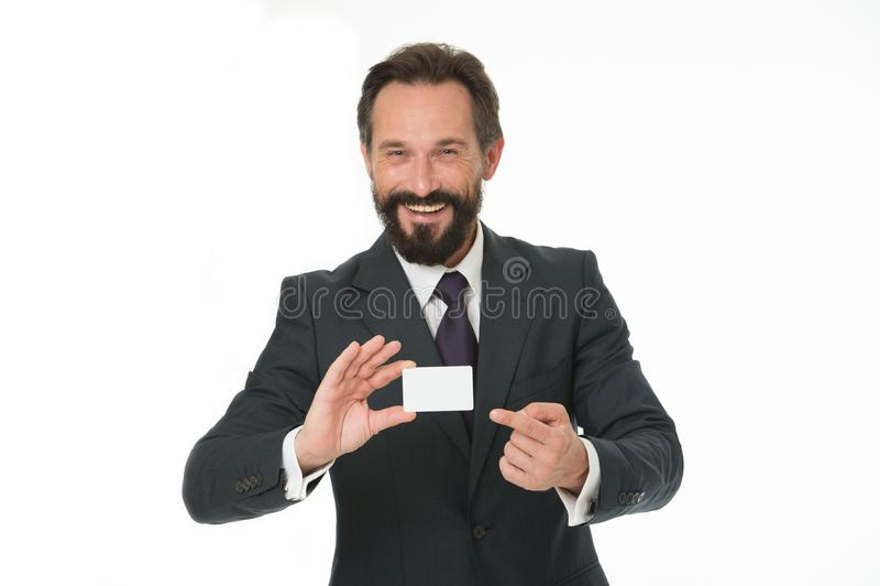 Sinta livre contactar-me Cartão branco vazio plástico da posse feliz do homem de negócios O homem de negócio leva o cartão de cré fotos de stock