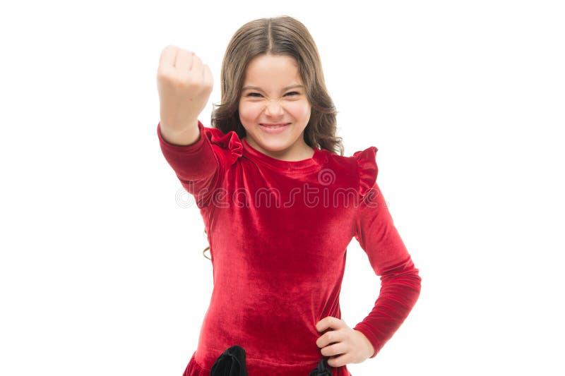 Sinta meu poder Criança da menina que ameaça com o punho isolado no branco Têmpera forte Ameaça com o ataque físico Miúdos fotografia de stock
