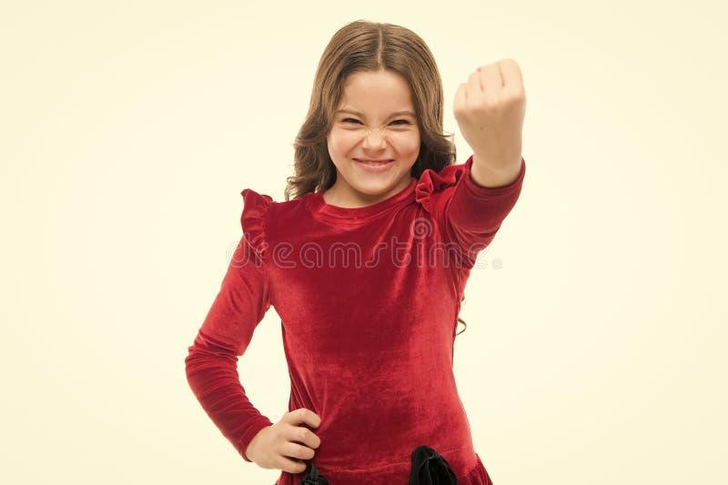 Sinta meu poder Criança da menina que ameaça com o punho no branco T?mpera forte Amea?a com o ataque f?sico Mi?dos foto de stock royalty free