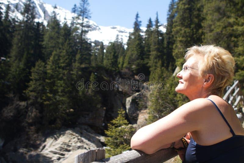 Sinta o sol do verão durante um hike fotos de stock royalty free