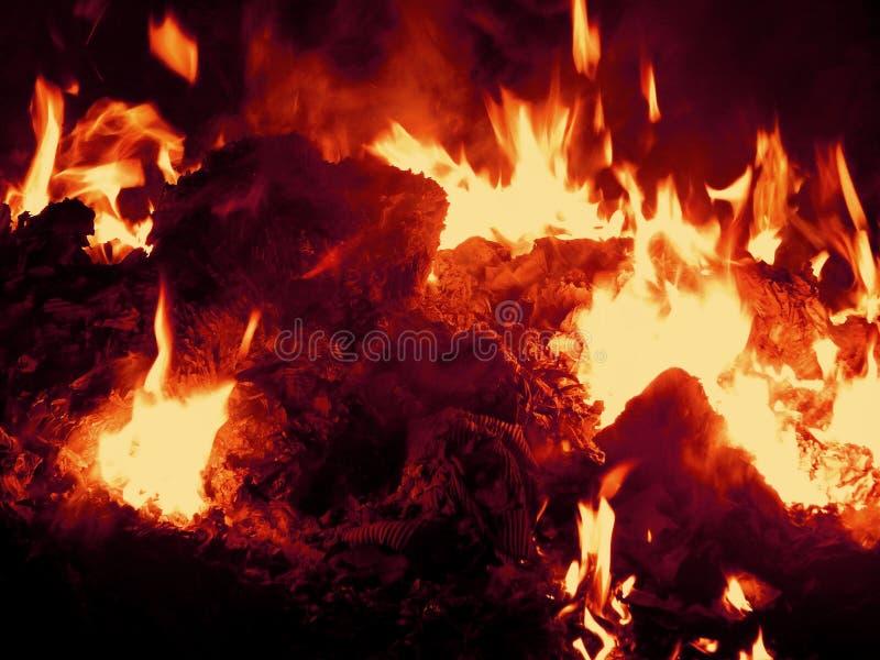 Sintels die in brand bij nachtclose-up branden stock afbeeldingen