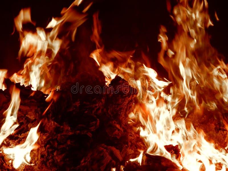Sintels die in brand bij nachtclose-up branden stock foto's