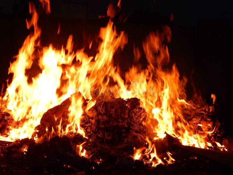 Sintels die in brand bij nachtclose-up branden royalty-vrije stock afbeeldingen
