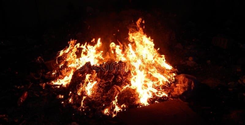 Sintels die in brand bij nachtclose-up branden stock foto