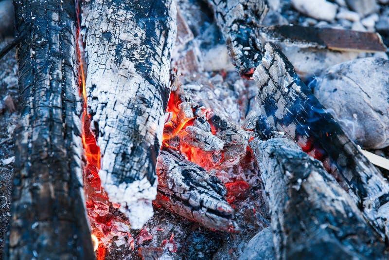 Sintels van een zelf-gemaakt kampvuur stock foto's