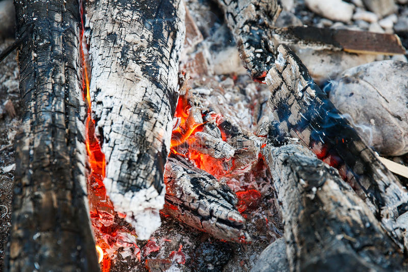 Sintels van een zelf-gemaakt kampvuur stock afbeelding