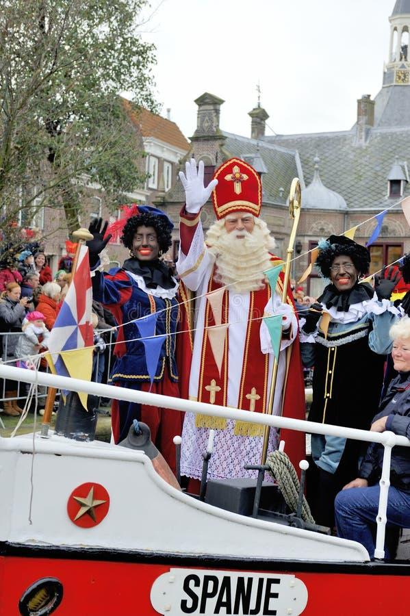 Sinterklaas die op zijn Stoomboot met zijn zwarte helpers aankomen (Zw