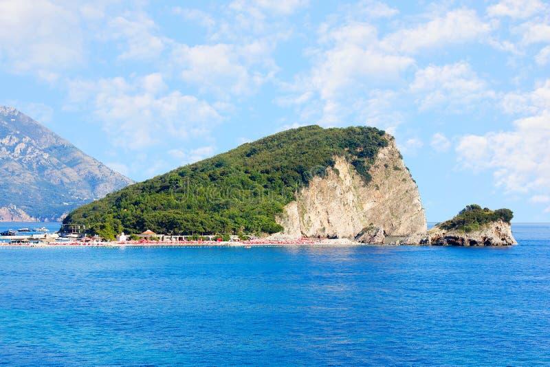 Sinterklaas-eiland dichtbij Budva in Montenegro Kust met blauwe overzees, rotsen en hemel met wolken royalty-vrije stock foto's